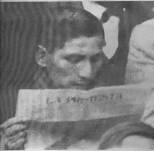 Delfin Levano leyendo La Protesta.